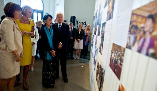 Chairman of the Norwegian Nobel Committee Thorbjørn Jagland, 1991 Nobel Peace Prize Laureate Aung San Suu Kyi and Kaci Kullmann Five, Deputy Chairman of the Nobel Committee, at the Oslo City Hall