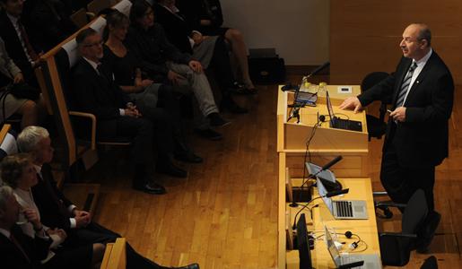Bruce A. Beutler delivering his Nobel Lecture in the Jacob Berzelius Lecture Hall at Karolinska Institutet