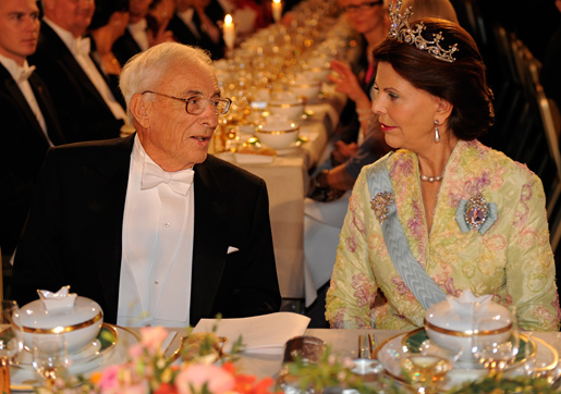 Willard S. Boyle in conversation with Her Majesty Queen Silvia at the Nobel Banquet