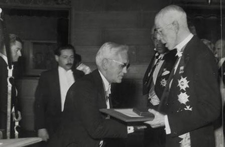 Alexander Fleming receives the Nobel Prize from King Gustaf V of Sweden. Photographer unknown. Public domain, via Wikimedia Commons