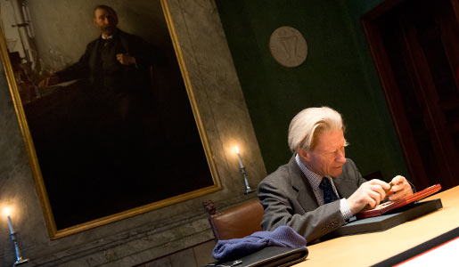 Sir John B. Gurdon takes a closer look at his Nobel Medal at the visit to the Nobel Foundation on 12 December 2012