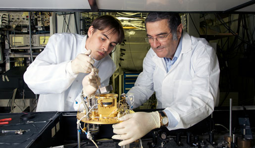 Serge Haroche and assistant Igor Dotsenko at work in the laboratory