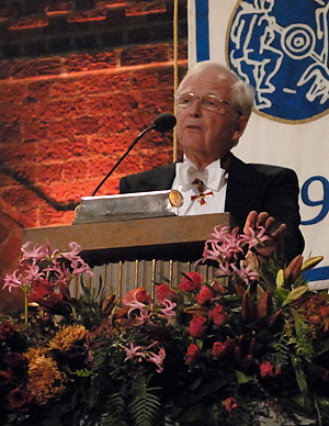 Harald zur Hausen delivering his banquet speech.