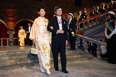 Hiroshi Amano and Mrs Yuki Nakamura, spouse of Shuji Nakamura, proceed into the Blue Hall.
