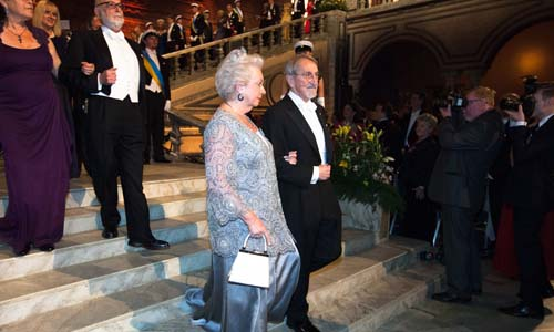 Martin Karplus enters the Blue Hall with Princess Christina of Sweden.