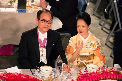 Shuji Nakamura and Mrs Kasumi Amani, spouse of Hiroshi Amano, at the table of honour.