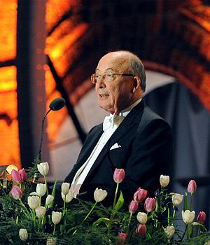 Dale T. Mortensen delivering his banquet speech
