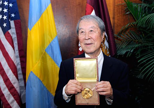 Yoichiro Nambu shows his Nobel Medal