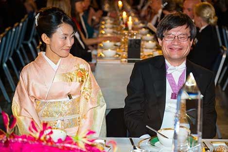Hiroshi Amano and Mrs Yuki Nakamura, spouse of Shuji Nakamura, at the table of honour.