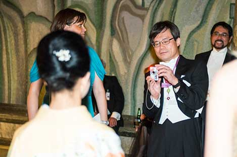 Hiroshi Amano photographing his wife at the Nobel Banquet.