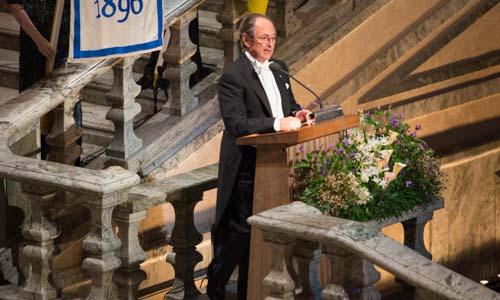 Michael Levitt delivering his banquet speech after the dinner.