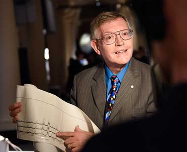 William E. Moerner presenting his gift to the Nobel Museum's collection: a low temperature apparatus from 1989, for detecting single molecules, during the 2014 Nobel Laureates' Get together on 6 December 2014.