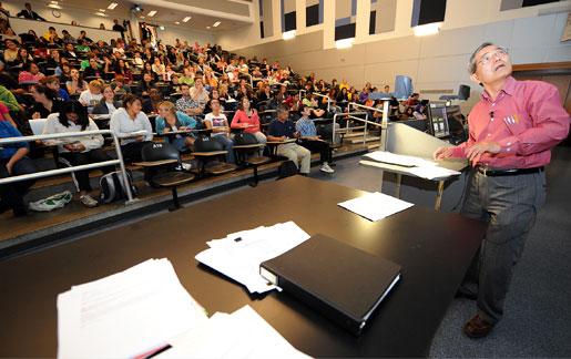 Professor Professor Ei-ichi Negishi delivers a lecture