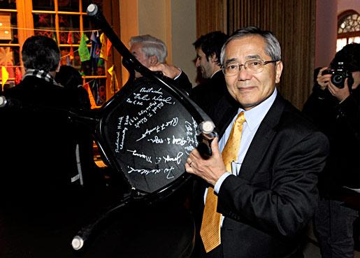 Ei-ichi Negishi  autographs a chair