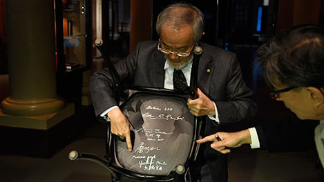 Nobel Laureate Yoshinori Ohsumi and the autographed chair