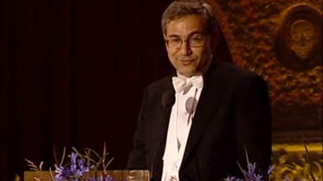 Orhan Pamuk delivering his banquet speech.