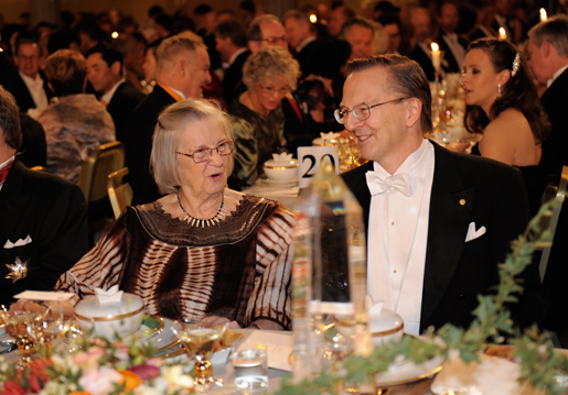 Elinor Ostrom in conversation with Nobel Laureate in Physiology or Medicine Jack W. Szostak at the Nobel Banquet