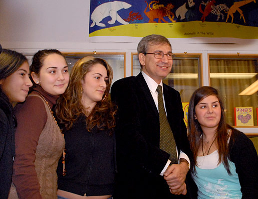 Orhan Pamuk and students from Rinkebyskolan in Stockholm