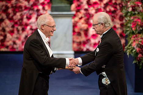 Oliver Hart  receiving his Prize from H.M. King Carl XVI Gustaf of Sweden