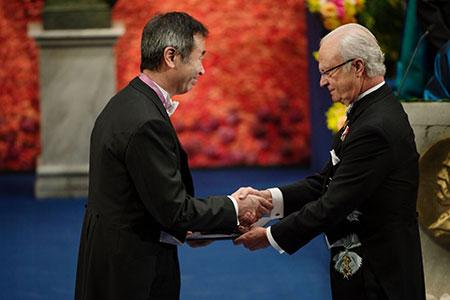 Takaaki Kajita  receiving his Nobel Prize from H.M. King Carl XVI Gustaf of Sweden
