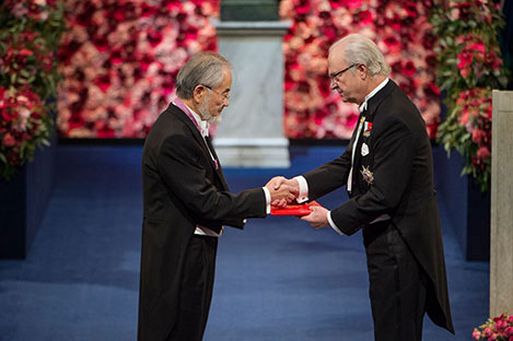 Yoshinori Ohsumi  receiving his Nobel Prize from H.M. King Carl XVI Gustaf of Sweden