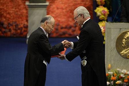 Satoshi Ōmura  receiving his Nobel Prize from H.M. King Carl XVI Gustaf of Sweden