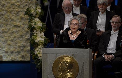 Professor Olga Botner presenterar Nobelpriset i fysik 2017 i Stockholms Konserthus.