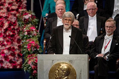 Professor Thors Hans Hansson presenterar Nobelpriset i fysik 2016 i Stockholms Konserthus.
