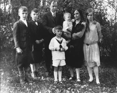 1929 from left: brothers Alan and Willis, father Harlow, mother Martha holding baby brother Carl, and sister Mildred. Six year old Lloyd is in front.