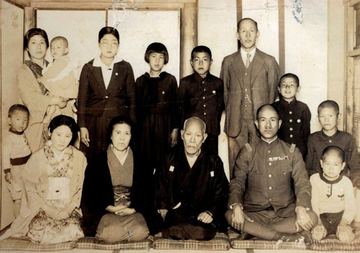 Osamu Shimomura with his father and other family members.