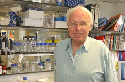 Tomas Lindahl in the lab. Photo: Cancer Research UK.