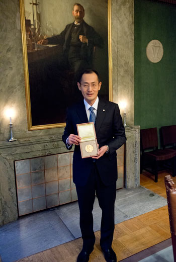 Shinya Yamanaka shows his Nobel Medal while visiting the Nobel Foundation